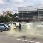 """Две машины столкнулись """"лоб в лоб"""" в Кишинёве: один водитель в больнице (ФОТО)"""