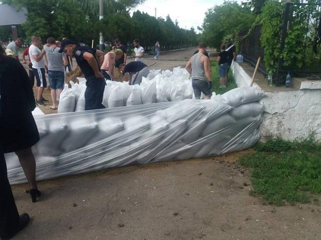 В районе автовокзала в Сороках построили защитную дамбу от наводнения (ФОТО)