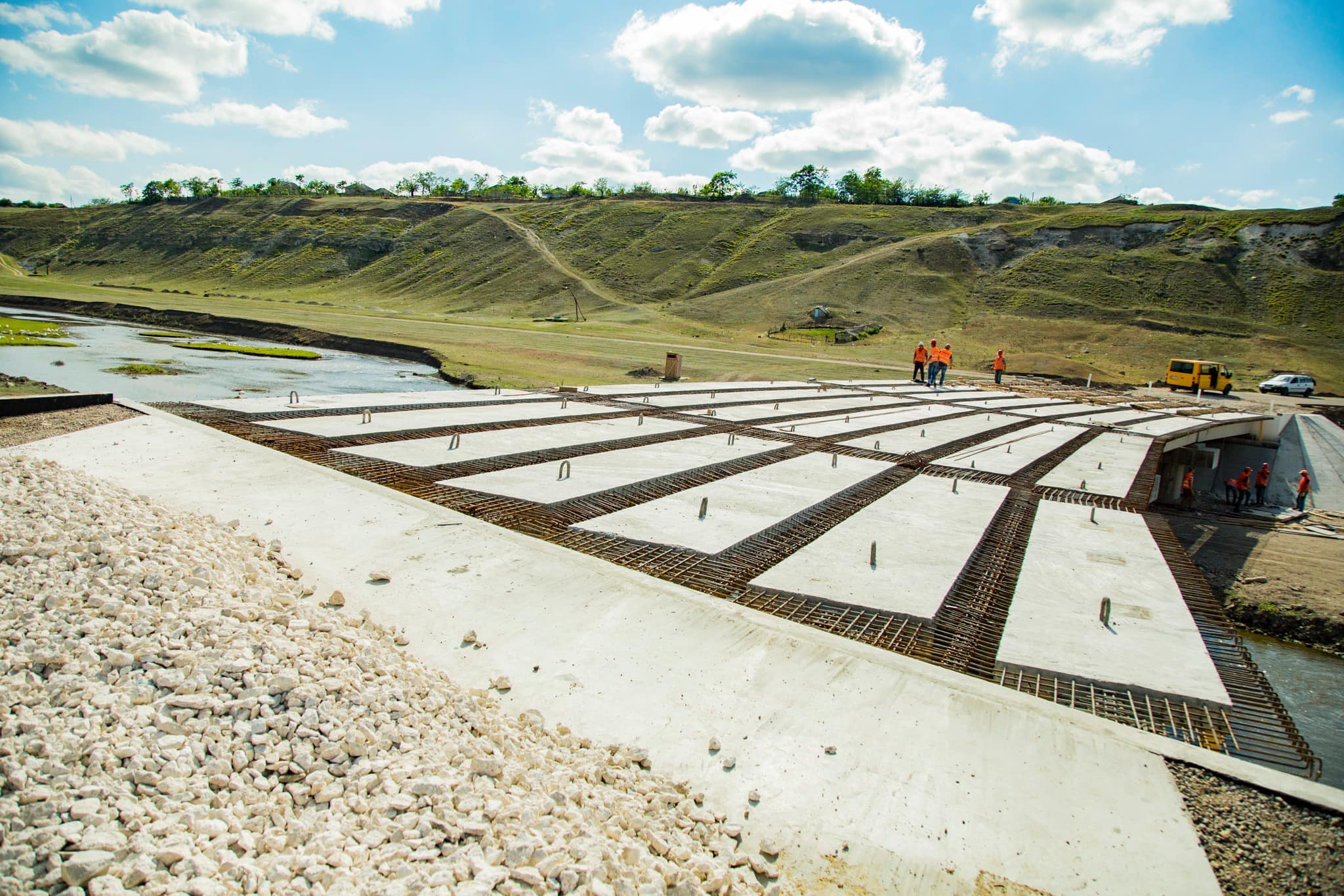 Глава государства проинспектировал работы по строительству моста через реку Рэут у села Штефэнешть (ФОТО, ВИДЕО)