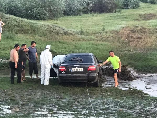 Спецоперация в Вулканештах: спасатели вытащили автомобиль из болота (ВИДЕО)