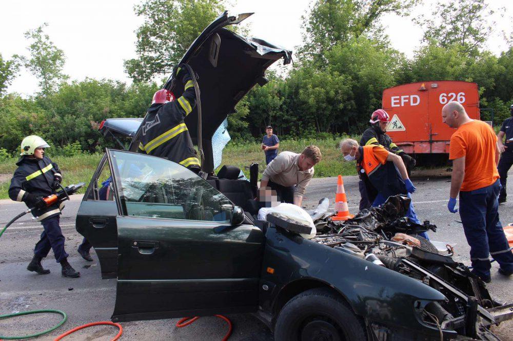 """В Бельцах легковушка """"впечаталась"""" в КАМАЗ: водителя из салона достали спасатели (ФОТО)"""