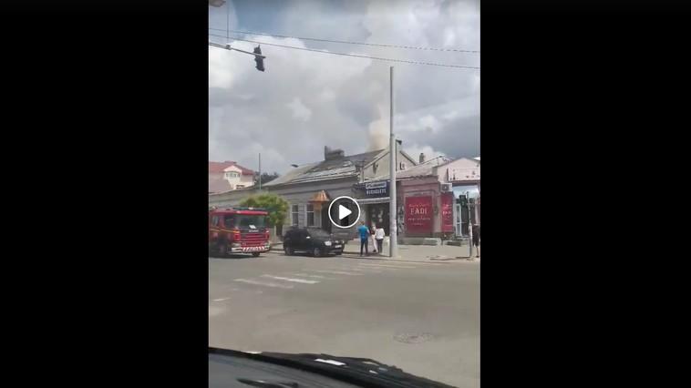 В центре Кишинёва загорелся магазин: на место прибыла бригада пожарных