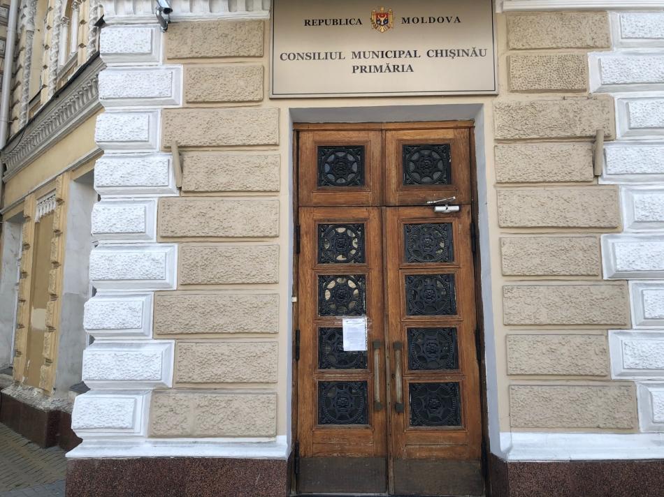 В муниципальных учреждениях приостановлен приём граждан