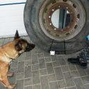 Водитель пытался провезти через границу сигареты, спрятав их в запасном колесе (ФОТО, ВИДЕО)