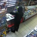 Вооруженное ограбление магазина в Бельцах попало на камеру: преступник объявлен в розыск (ВИДЕО)