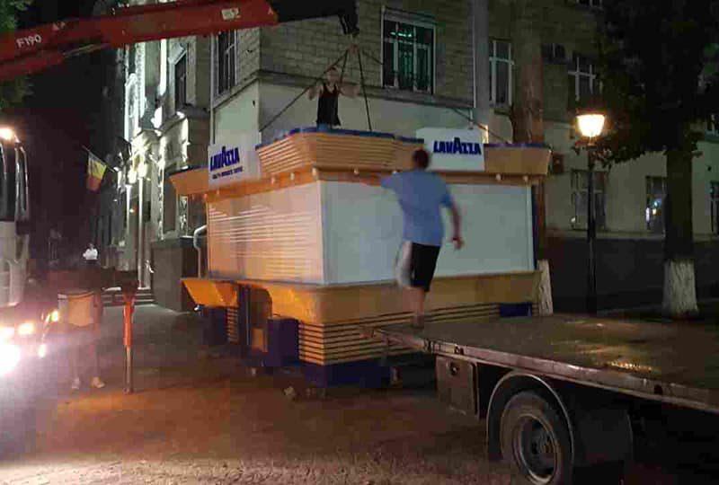Примария Кишинёва эвакуировала незаконно установленный на пешеходной улице киоск (ФОТО)