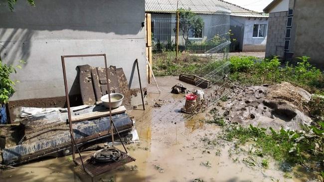 Затопленные подвалы домов и размытые дороги: в Молдове подсчитывают ущерб после проливных дождей (ФОТО)