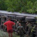 Военные помогли вытащить фуру, перевернувшуюся в кювет в Новых Аненах (ФОТО)