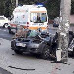 (ОБНОВЛЕНО) В столице автомобиль врезался в столб: три человека госпитализированы (ФОТО)