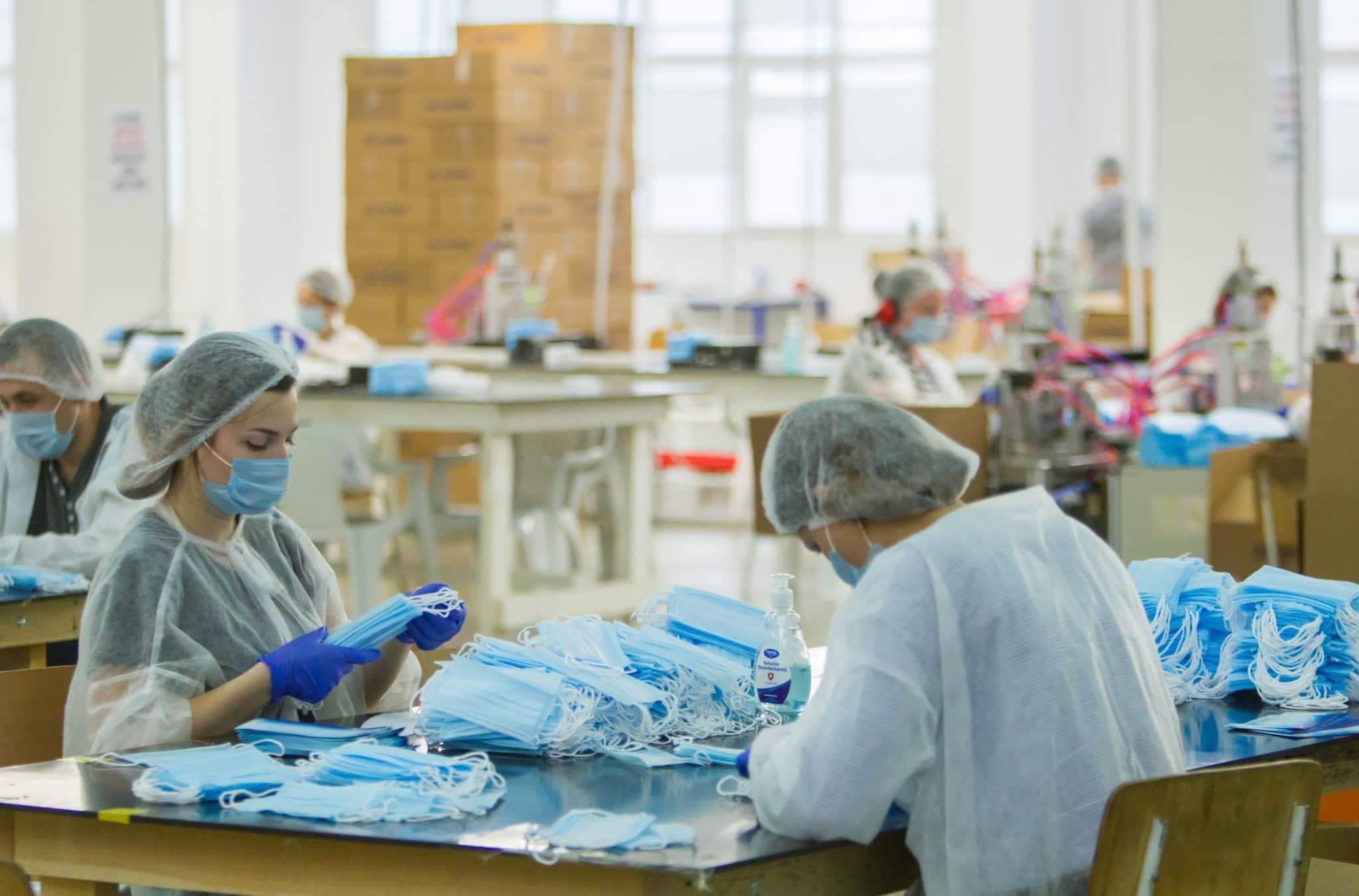 Президент посетил предприятие по производству медицинских масок (ФОТО, ВИДЕО)