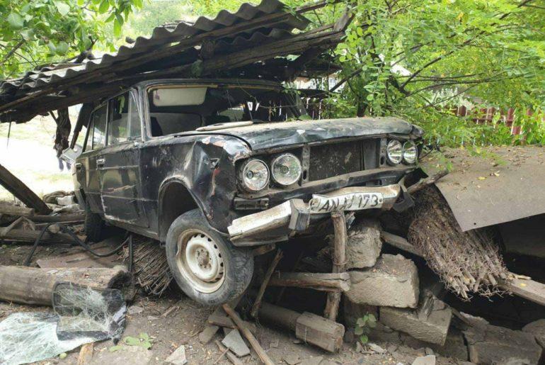 Серьёзное ДТП в Теленештах: водитель снёс сарай и оказался в больнице