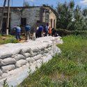 Спасатели укрепили защитную дамбу в Кантемире (ФОТО)