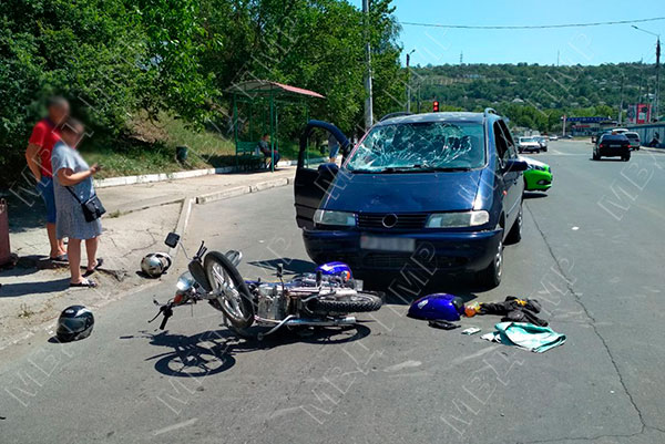 Подросток на мопеде протаранил машину и оказался в больнице