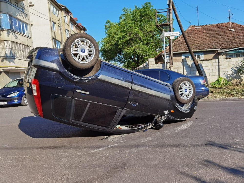 В результате аварии на Буюканах перевернулся автомобиль и пострадал пешеход