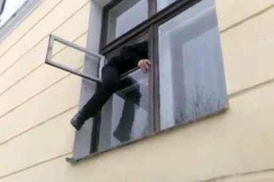Бдительный хозяин спугнул забравшегося в его дом вора