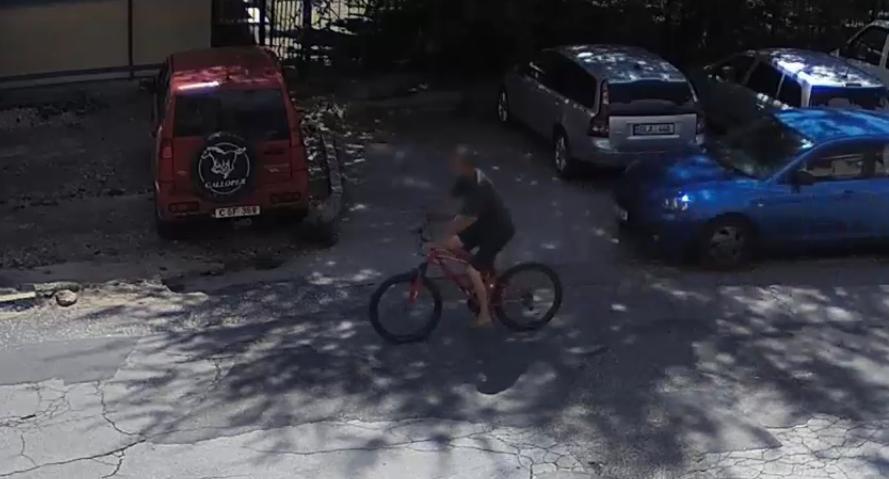 Лёгкая добыча: злоумышленник украл оставленный без присмотра велосипед (ВИДЕО)