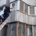 """В Кишинёве спецназ """"Fulger"""" взял штурмом квартиру, в которой забаррикадировался преступник (ВИДЕО)"""