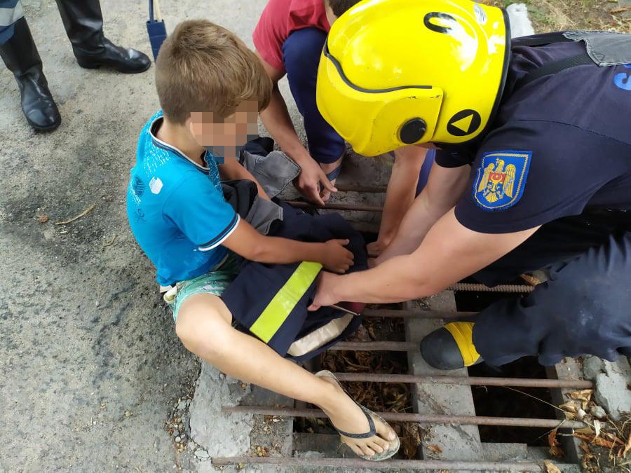 Спасатели помогли 9-летнему ребёнку, застрявшему ногой в ливневой решетке (ФОТО)