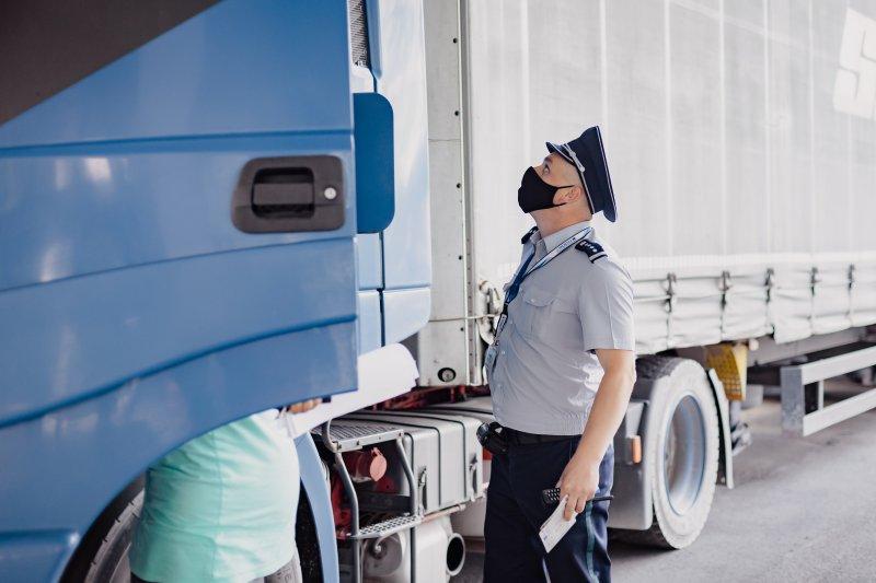 Водитель грузовика попался на попытке дать взятку молдавскому пограничнику