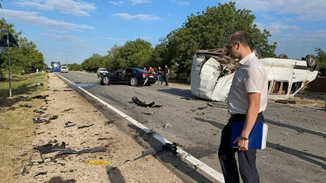(ОБНОВЛЕНО) Жуткое ДТП в Штефан-Водэ: маршрутка перевернулась на крышу, 11 человек пострадали (ФОТО)