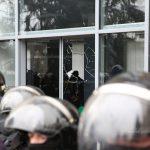 Разбивший булавой дверь правительства мужчина отправлен на скамью подсудимых