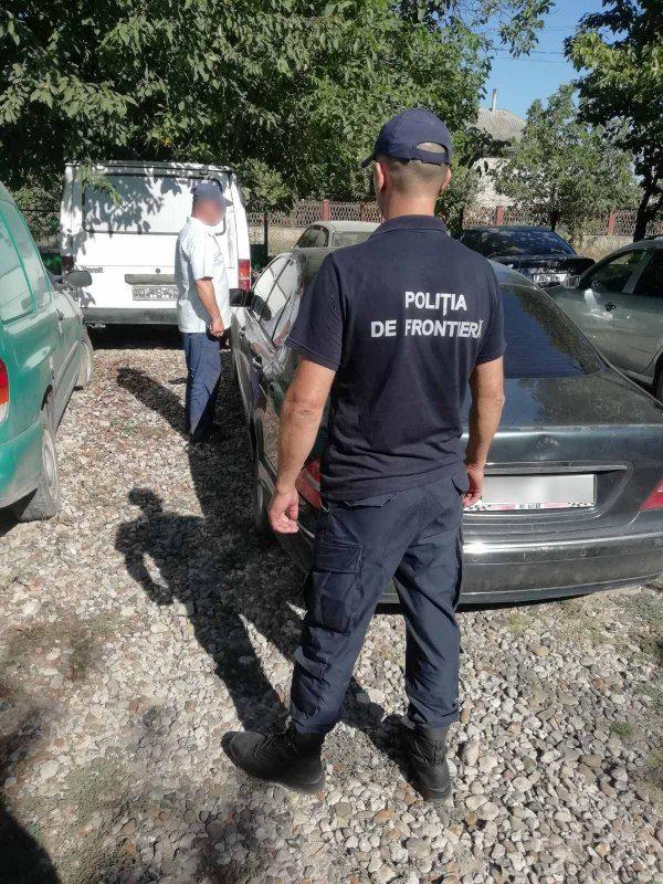 Ездил и в ус не дул: пограничники поймали водителя с просроченными и поддельными документами
