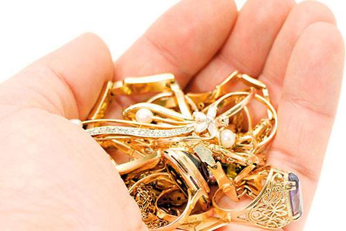 Не смог устоять: рабочий украл у хозяйки квартиры золотые украшения