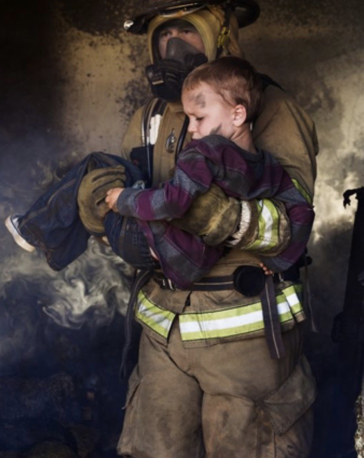 Пожар в Каушанах: спасатели эвакуировали из загоревшегося дома двух детей