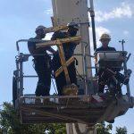 Мог рухнуть в любой момент: спасатели демонтировали с купола церкви в Каушанах крест (ВИДЕО)