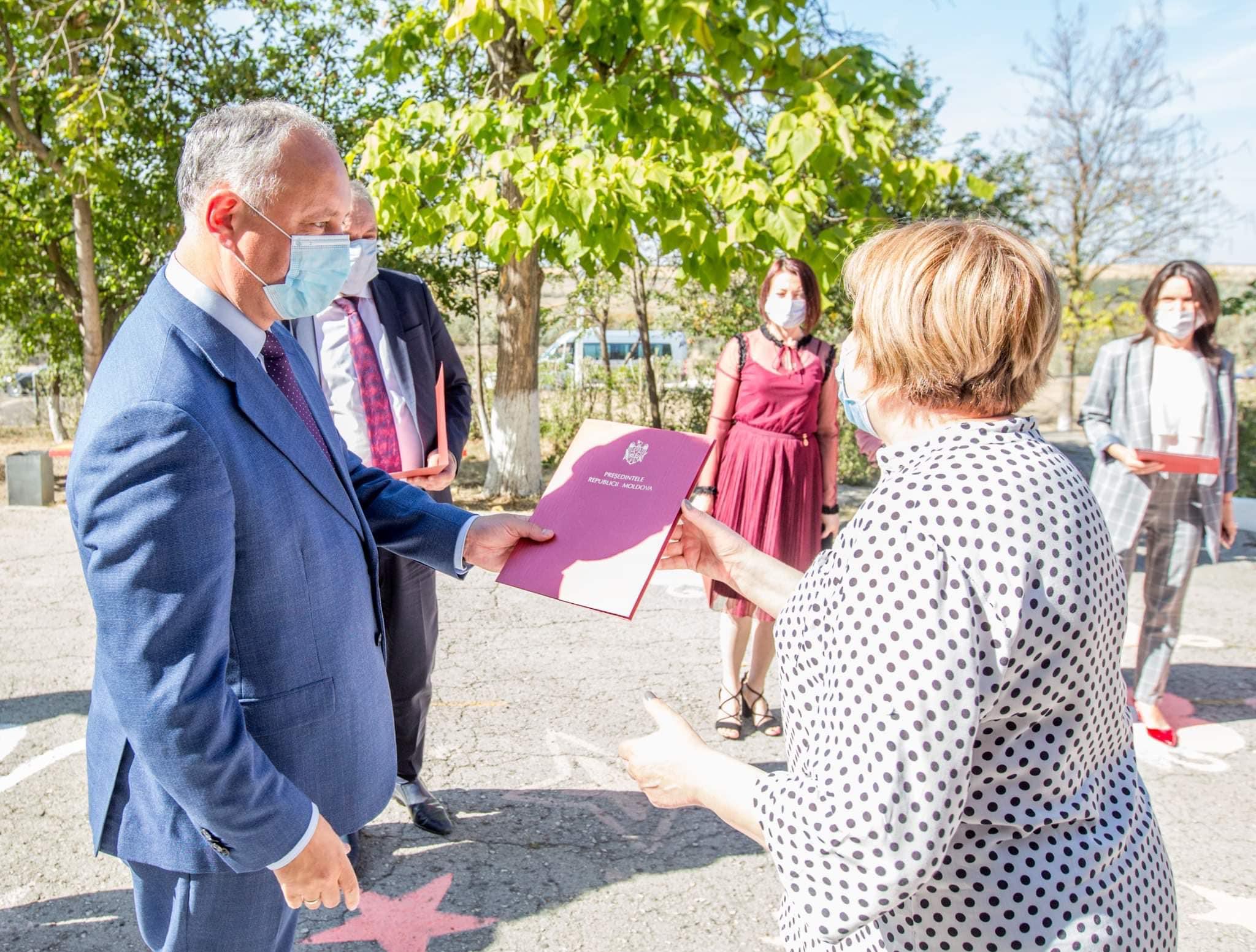 Глава государства вручил почетные грамоты преподавателям тараклийского лицея (ФОТО, ВИДЕО)