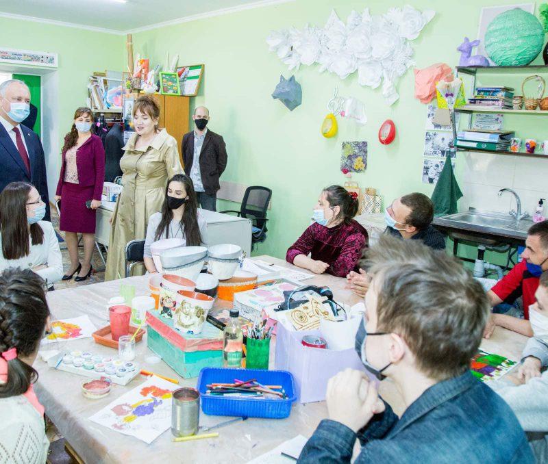 Президент посетил организацию, оказывающую помощь людям с ограниченными возможностями (ФОТО, ВИДЕО)