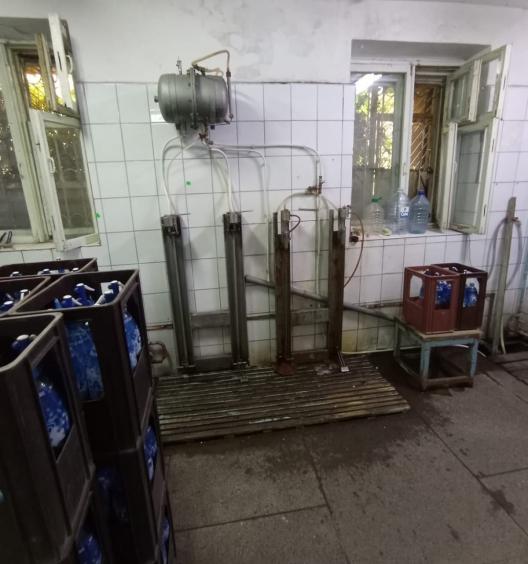 """В Бельцах """"накрыли"""" цех, в котором в антисанитарных условиях разливали контрафактную воду (ФОТО, ВИДЕО)"""