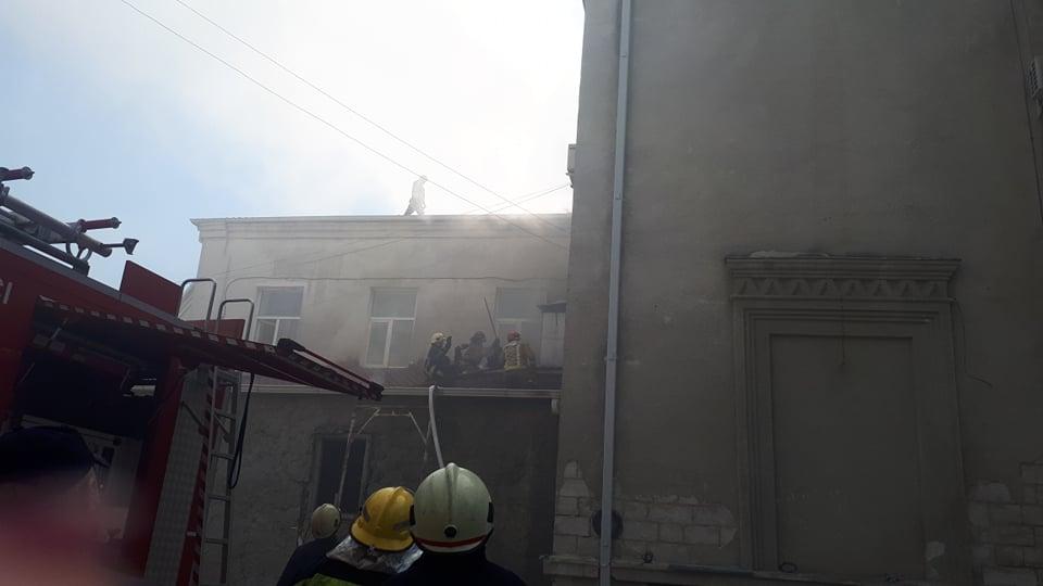 (ОБНОВЛЕНО) В филармонии вспыхнул пожар: крыша здания рухнула (ФОТО, ВИДЕО)