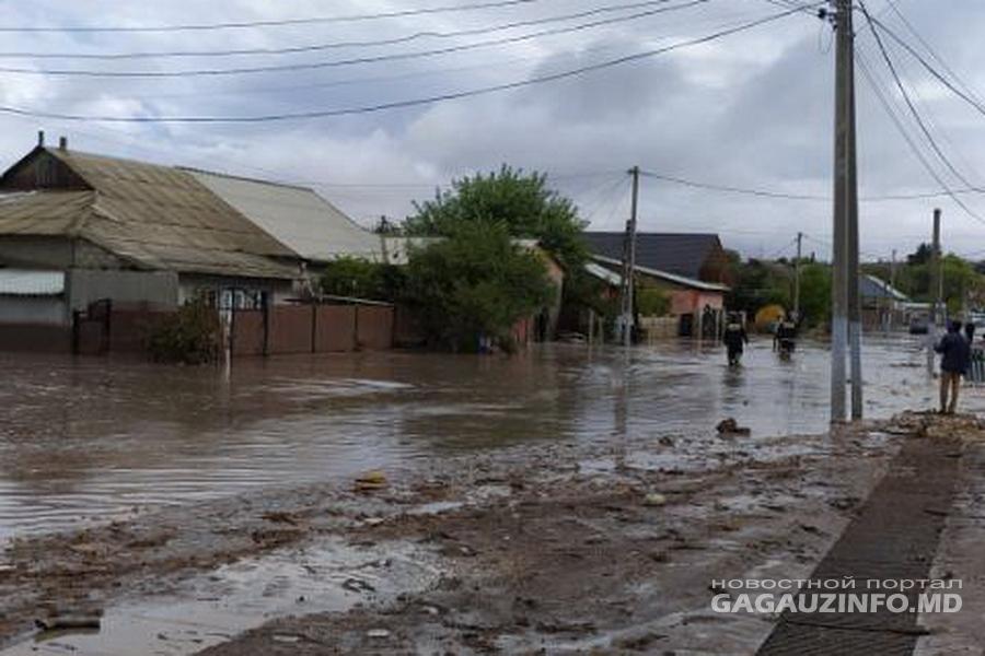 Власти помогут пострадавшим в результате ливней жителям страны (ВИДЕО)