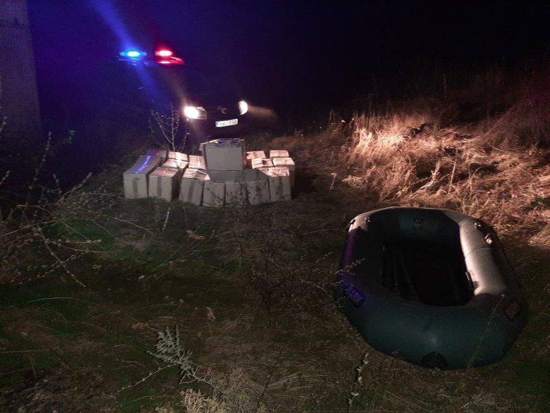Набитую контрабандными сигаретами лодку обнаружили на границе (ВИДЕО)