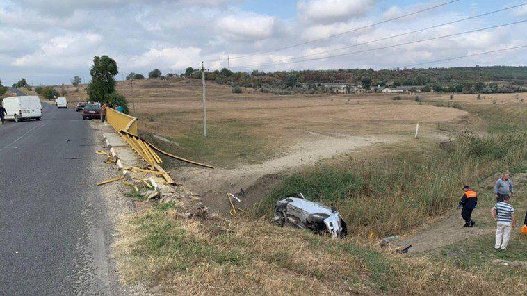 В Унгенах автомобиль упал с моста. Водитель погиб, пассажир ранен