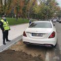 """Наглость или равнодушие? Водитель припарковал своего """"белого коня"""" на газоне в центре столицы"""