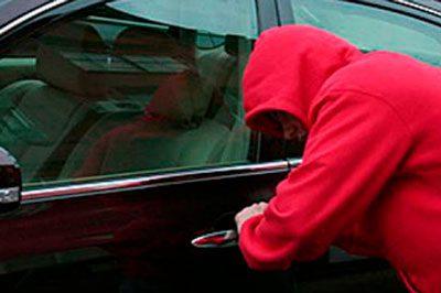 Залезли в чужое авто и украли сумку: за проделки несовершеннолетних воришек придётся ответить родителям