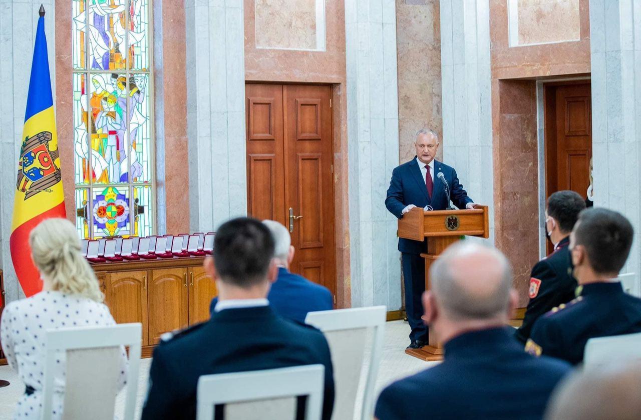За безупречное выполнение долга: президент вручил награды сотрудникам и ветеранам МВД и Госслужбы охраны