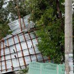 Последствия вчерашней непогоды: сильный ветер сорвал крыши с десятков домов (ФОТО)