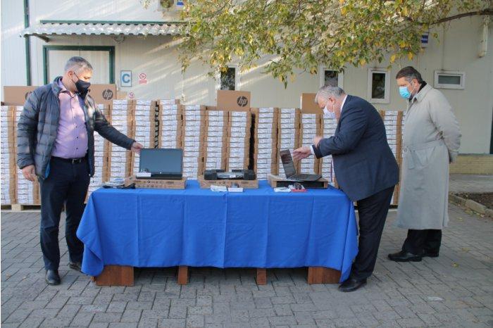 Правительство закупило 2 500 ноутбуков для учащихся и педагогов