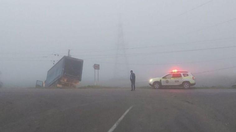 В Хынчештах водитель грузовика повалил электрический столб и оставил людей без света (ФОТО)