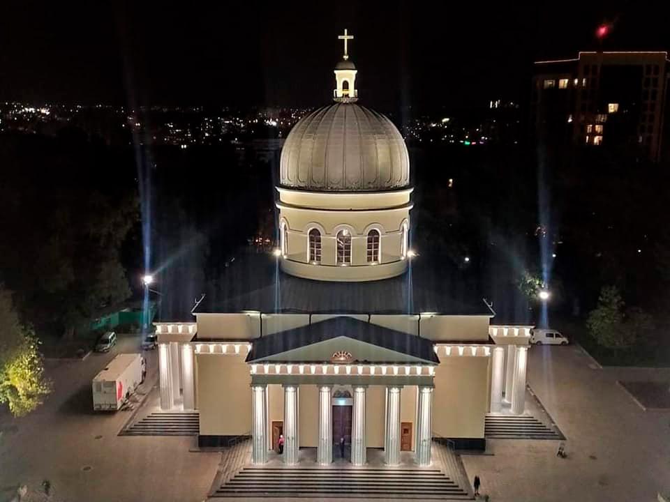 Столичный Кафедральный собор засиял огнями: по периметру здания установили 278 декоративных ночных светильников