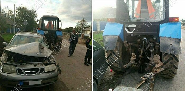 Невнимательный водитель трактора наехал на легковушку, сдавая назад