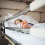 На трёхлетнего ребенка упал комод. Малыш в больнице