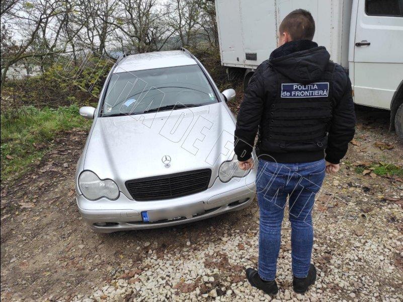 Правоохранители сорвали планы двух водителей, пытавшихся пересечь границу по фальшивым документам