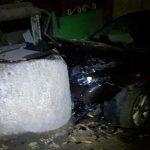Авария в Бельцах: водитель снёс забор и врезался в колодец (ФОТО)