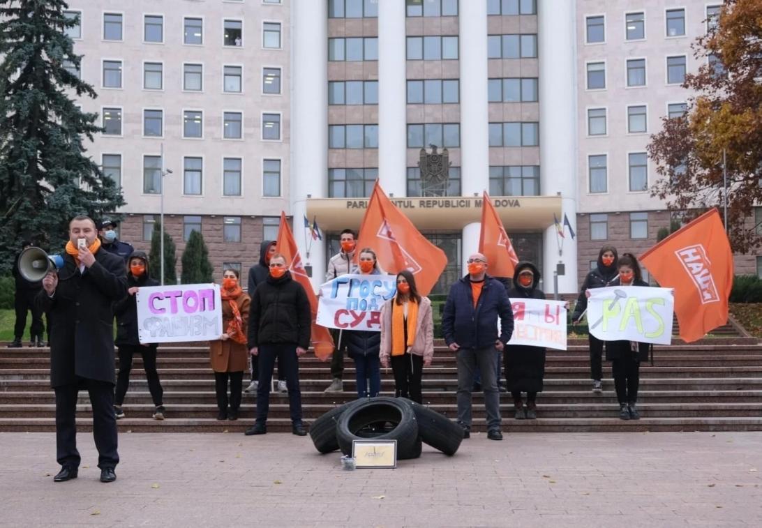 Протест у парламента: возмущенные граждане принесли Гросу проколотые покрышки