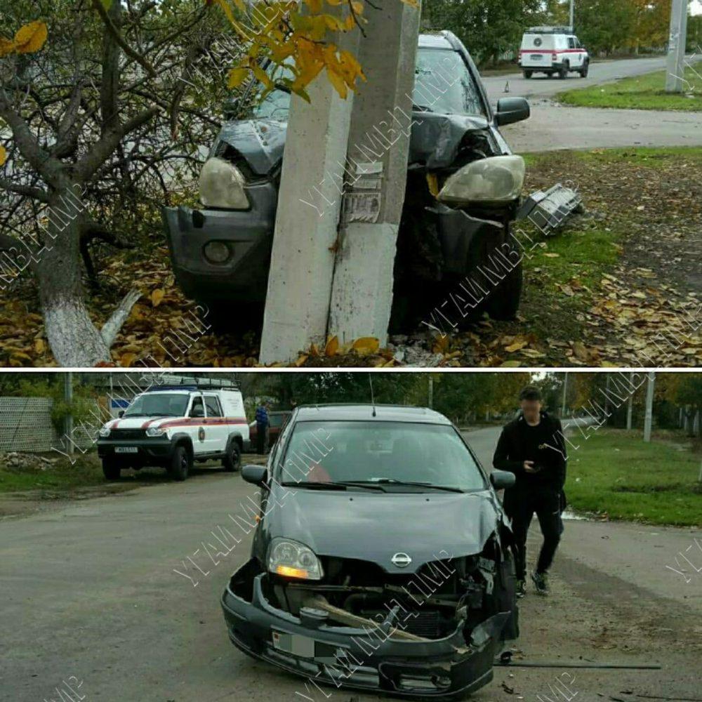 Решил обогнать, но не справился с управлением: водитель врезался в столб