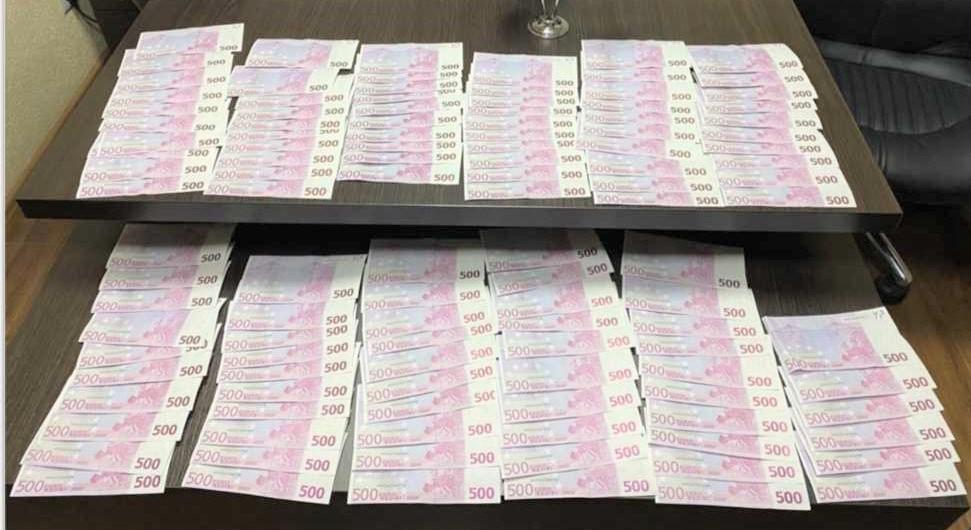 Правоохранители задержали троих подозреваемых в сбыте поддельных денег. Изъято более 60 000 фальшивых евро